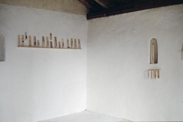 Installation de 78 dessins pyrogravés sur cagette en bois (extrait).